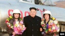 Сам Ким Чен Ын также очень любит появляться в обществе молодых девушек