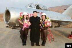 Ким Чен Ын очень любит фотографироваться с девушками в военной форме