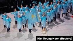 Казахстанская сборная на открытии Олимпиады. Флаг страны несет шорт-трекист Абзал Ажгалиев. Пхенчхан, 9 февраля 2018 года.