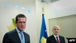 Predsednik Kosova Fatmir Sejdiu i ministar odbrane Nemačke Karl Teodor zu Gutenberg u Prištini, 29. mart 2010.