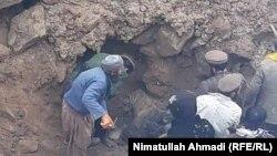 راغستان بدخشان، مردم در حال بیرون آوردن جسدهای کارگران گیر مانده در زیر آوار.