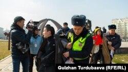 Милиция задержала участников мирного марша за права женщин. 8 марта 2020 года.