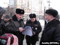 Полиция хезмәткәре Азат Сәлмәновка кисәтү документы тапшыра