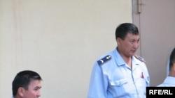 Жасулана Сулейменова, обвиняемого в терроризме, выводят из Алматинского суда Астаны. 19 августа 2009 года.