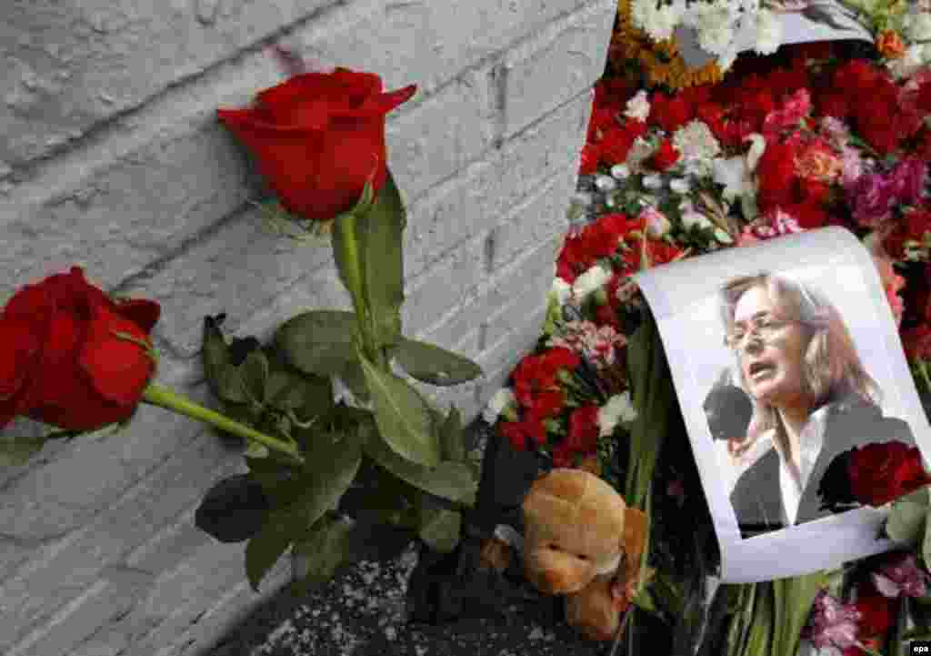 Just hours after her slaying, well-wishers came to lay flowers, cards, and other mementos outside Politkovskaya's home. (photo: epa)