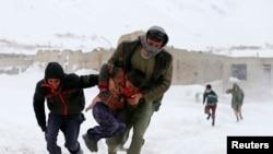 Spasioci se bore da izvuku na desetine ljudi zarobljenih pod nanosima snega