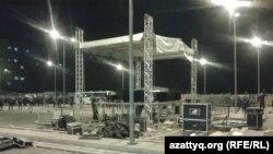 """Қайрат Нұртас та қатысқан концерттен соң """"Прайм Плаза"""" сауда орталығының аумағындағы бүлінген сахна. Алматы, 31 тамыз 2013 жыл."""