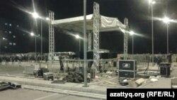 Сцена в центре «Прайм Плаза» после срыва концерта Кайрата Нуртаса и погрома. Алматы, 31 августа 2013 года.