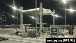 """Сцена на территории торгового центра """"Прайм плаза"""". Алматы, 31 августа 2013 года."""