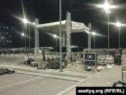 """Қайрат Нұртас қатысқан концерттен соң """"Прайм Плаза"""" сауда орталығының аумағындағы бүлінген сахна. Алматы, 31 тамыз 2013 жыл."""