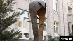 Памятник армянскому драму перед зданием Центрального банка Армении