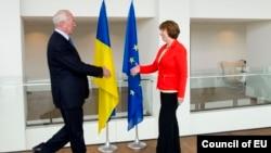Specijalni izaslanik EU za vanjsku politiku Catherine Ashton i ukrajinski premijer Mykola Azarov, Brisel, juli 2013.