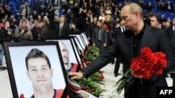 Участь у покладанні квітів біля льодової арени взяв і президент Росії Володимир Путін
