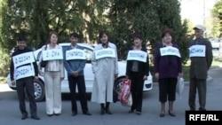 """Активисты партии """"Азат"""" перед зданием акимата Талдыкоргана с плакатами, призывающими чиновников раскрыть информацию о своих доходах. 24 апреля, 2009 года."""