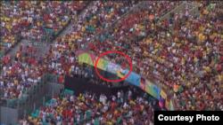 """ФУТБОЛ ҺӘМ СӘЯСӘТ. Бразилиядә барган футбол чемпионатында бер җанатар стадионда """"Кырым – ул Украина"""" дигән шигар элеп куйган"""