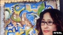 Суретші Гүлдана Жұрқабаева өзінің туындылары қойылған «Дала әуендері» көрмесінде. Қостанай, 25 шілде 2009 жыл.