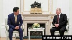 Экс-премьер-министр Японии Синдзо Абэ и президент России Владимир Путин, архивное фото