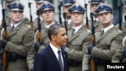 Барак Обама инспектирует почетный караул в Варшаве
