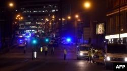 Manchester Arena-ны қоршап тұрған полиция қызметкерлері. Ұлыбритания, Манчестер, 23 мамыр 2017 жыл.