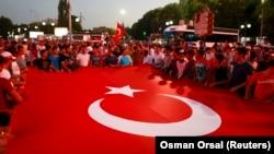 Сторонники президента Реджепа Тайипа Эрдогана в Анкаре, 17 июля 2016 года.