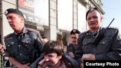 Когда к двум стражам порядка присоединился третий, участнику акции протеста сломали руку.