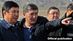 Премьер-министр Темир Сариев и министр транспорта и коммуникаций Аргынбек Малабаев.