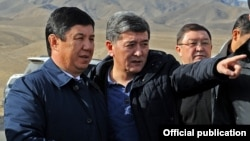 Премьер-министр Темир Cариев (солдо) менен транспорт министри Аргынбек Малабаев.