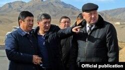 Премьер-министр Темир Сариев (солдо), унаа жана байланыш министри Аргынбек Малабаев, Баткендин губернатору Жеңиш Разаков. 26-январь, 2015-жыл