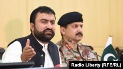 د بلوچستان د کورنیو چارو وزیر خبري غونډې ته وینا کوي.