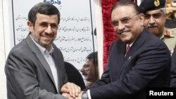 Prezidentler Mahmud Ahmadinejad (Ç) bilen Asif Ali Zardari gazgeçiriji gurluşygynyň açylyş dabarasynda. Çah Bahar, 11-nji mart, 2013 ý.