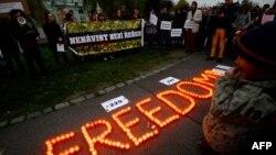 """Участники демонстрации в знак солидарности с беженцами с помощью свечей изобразили слово """"Свобода"""". Прага, 12 ноября 2015 года."""