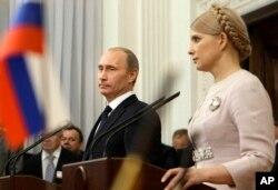 Тодішні прем'єр-міністри України і Росії, Юлія Тимошенко і Володимир Путін, під час спільної прес-конференції в українському Криму, Ялта, 19 листопада 2009 року