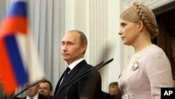 Ілюстративне фото. Тодішні прем'єр-міністри України і Росії, Юлія Тимошенко і Володимир Путін, під час спільної прес-конференції в українському Криму. Ялта, 19 листопада 2009 року