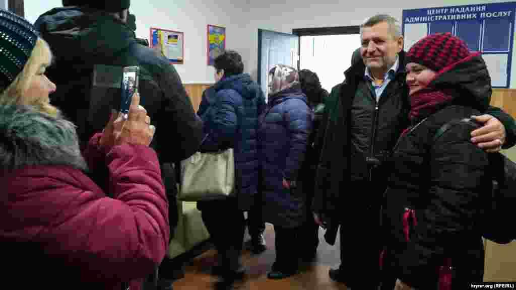 В помещении Центра присутствующие встретили лидеров крымских татар, многие делали фото на память
