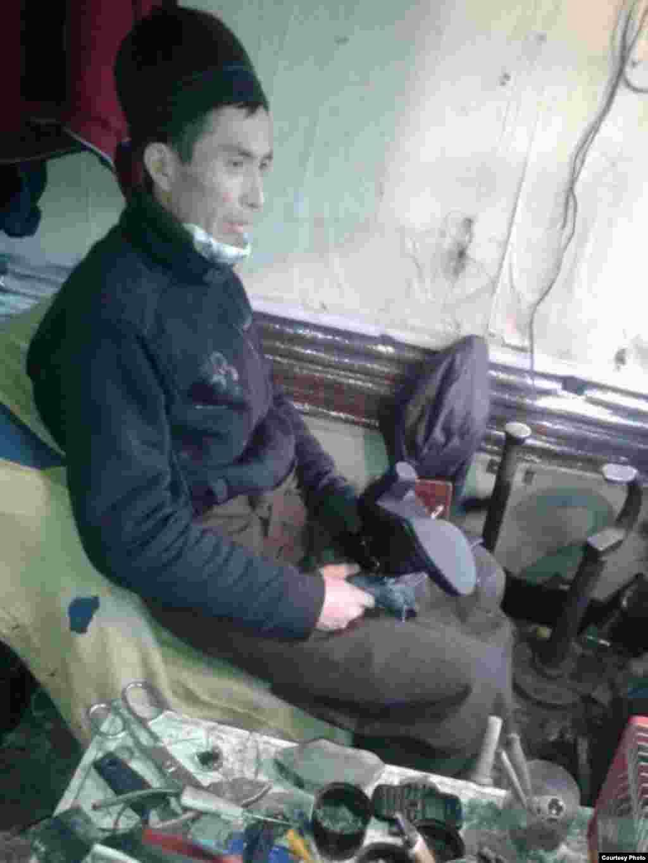 Сапожник. 45-летний Замир байке более 10 лет работает сапожником. Отец двоих детей. В день он зарабатывает около 800 сомов. Автор Тансулуу.