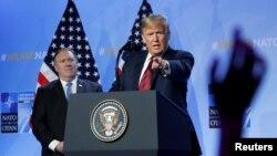 Президент Дональд Трамп жана Мамлекеттик катчы Майк Помпео Брюсселдеги пресс-конференцияда. 12-июль, 2018-жыл.