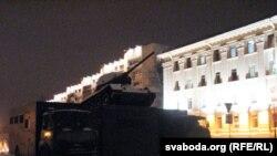 Минск. К Октябрьской площади стянута спецтехника