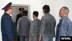 Суд қарорига кўра, Қозоғистондан депортация қилинаётган меҳнат муҳожирлари.