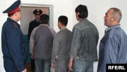 Трудовые мигранты, которых по решению суда депортируют из Казахстана.