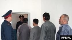 Задержанные мигранты стоят в очереди на депортацию. Тараз, 22 сентября 2008 года.