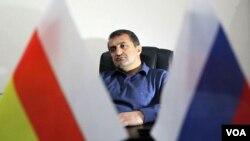 Слабая активность югоосетинских политиков была далеко не единственной причиной победы партии Бибилова в Ахалгори. Местные считают лидера «Единой Осетии» «настоящим оппозиционером» – он получил все голоса района