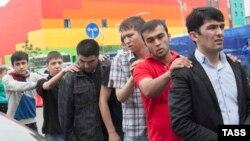 """Москвадагы рейд """"кылмыштуу топко эмес, мигранттарга каршы жүргүзүлүп жатканы"""" укук коргоочуларды тынчсыздантууда, 30-июль, 2013"""