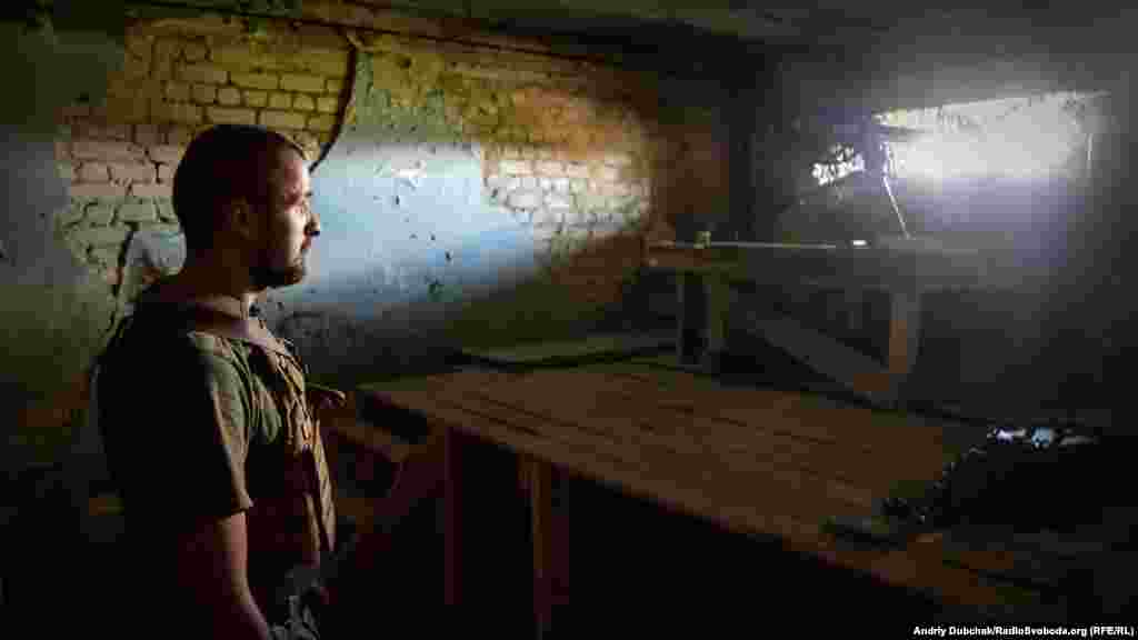 Останні пару тижнів на цій ділянці фронту досить «тихо» (без артобстрілів). На фото – вояк з позивним «Паштет» чергує на одній з вогневих позицій, обладнаній кулеметом ДШК (12,7-міліметровий станковий кулемет Дегтярьова-Шпагіна зразка 1938 року)