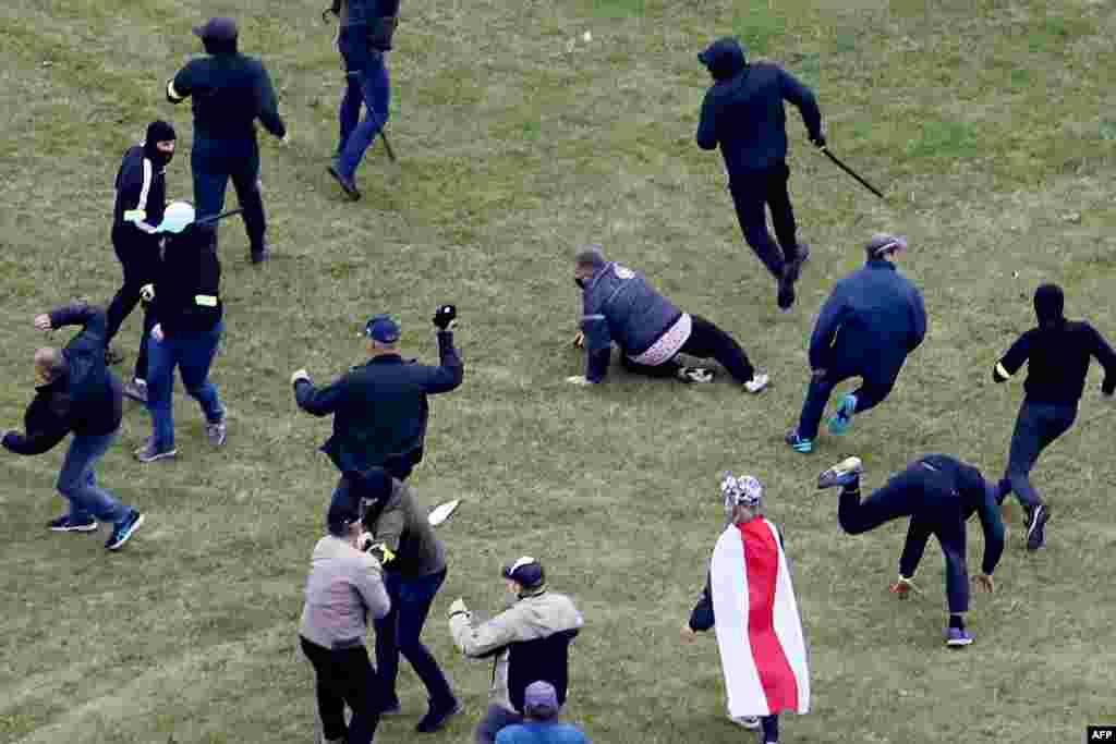 Проти мирних мітингувальників застосовували кийки, водомети,світлошумові гранати, перцеві балончики і, за деякими даними, гумові кулі