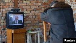 Український військовий дивиться виступ президента Росії Володимира Путіна, Бельбек, 21 березня 2014 року