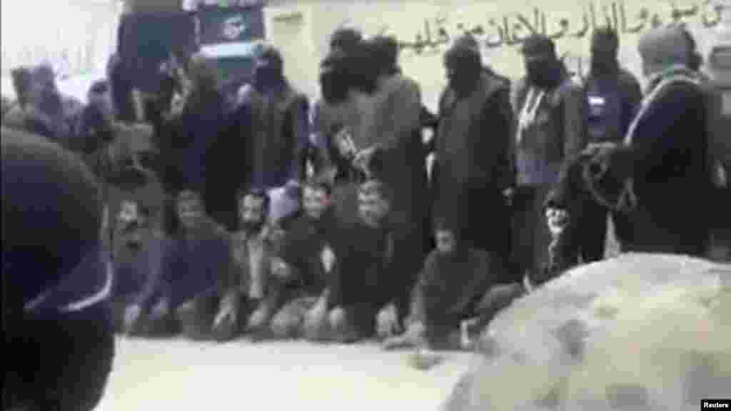 """Фрагмент видеозаписи, сделанной боевиками """"Исламского государства"""" (ИГ; группировка признана террористической и запрещена в ряде стран, в том числе в России): группа сирийских повстанцев накануне их казни боевиками ИГ. 27 ноября 2013 года"""