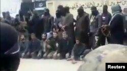 ИМ содырлары Сириядағы Башар Асад режиміне қарсы көтерілісшілерді өлім жазасына кесіп, үкімді орындағалы тұр. Видеодан алынған скриншот. (Көрнекі сурет)