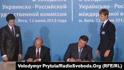 Владимир Путин и Виктор Янукович подписывают документы