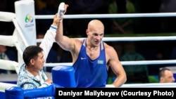 Главный тренер казахстанской сборной по боксу Мырзагали Айтжанов поднимает руку Василию Левиту после финала. Рио-де-Жанейро, 15 августа 2016 года.