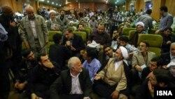 Роуханинин каршылаштары Ирандын кызыкчылыктарын эске албай жатканын айтып сындашууда.